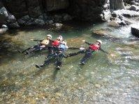 キャニオニングは峡谷を下降するスポーツ!スタート直後からロープを使った滝下りが連続します!