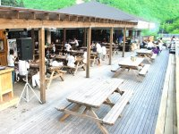 ツアー後は、広々としたウッドデッキや海外風のカフェ併設のベースでのんびり。