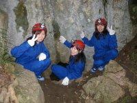 洞窟の入り口はココ!「ひぇ〜、いきなりこんなに狭くて大丈夫?」