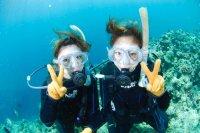 群れて泳ぐ熱帯魚たち、美しいサンゴ礁。真栄田岬は、沖縄本島人気NO1のダイビングポイントです