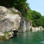 約5mのとび込みや滝シャワー、バランスゲームなど楽しい川あそびが盛り沢山!