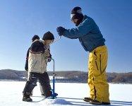 まずは、氷に穴を開けます。氷の厚さは60cm以上になることも。「貫通したその瞬間がたまりません」