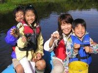 貸切ボートツアーではザリガニ釣りも楽しめます。