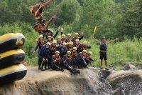 ラフティング以外の楽しみも盛りだくさん!!岩からジャンプ。前から飛び込んでも、バック転でもどーそ!