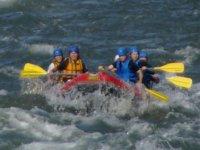 鷲流峡内は大波が立つ瀬が連続し迫力満点。振り落とされないように漕いで!そしてつかまって!