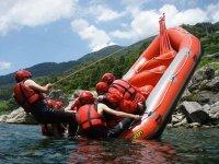 激流を下るだけでなくいろいろな遊びも満載。バランスゲーム、飛び込みなど川を満喫しよう!