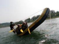 流れの緩やかなポイントでは、ラフティングボートを使った様々な遊びで盛り上がろう!