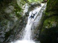 点在する滝では、天然ウォータースライダーも楽しめる!みんなのテンションは急上昇!
