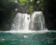 クライマックスはスリルと迫力満点、10m滝のスライダー垂直落下!