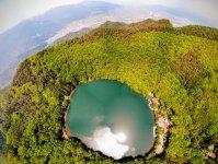 標高850mの山上の林に囲まれた四尾連湖は、山梨の人でも知る人が少ないまさに秘境湖