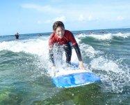 【体験ロングボードサーフィン】では、なんと90%近くの参加者が、ボードの上に立てているんです!