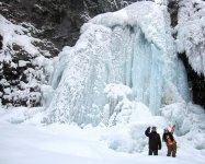 「善五郎の滝」に到着。夏は水量豊富でしぶきを上げる乗鞍の顔も、厳冬期は圧巻の氷瀑へと姿を変えます!