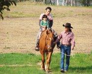 プライベートコースには年齢、人数、経験の制限はありません。なんと0歳から参加OK!!ご家族全員で乗馬を楽しんでいただけます。