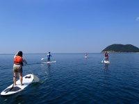 ボードの上に立って、いつもとは違う視点で瀬戸内海の穏やかな海を楽しめる新感覚のアウトドアレジャー!