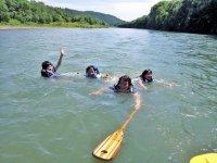 夏の暑い日は、ボートのそばで水遊びも!