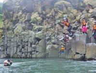 1日フルコースの最後にあらわれる不思議な溶岩地形「柱状節理」は壮観!その上から飛び込みにもチャレンジ!