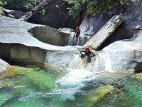 【藤河内渓谷】連続する滝と自然のプールは、ウォータースライダーと飛び込みに最適!約1.5キロのコースを次々に遊び尽くしていきます。