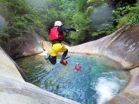 【藤河内渓谷】丸いプールのような「甌穴」とエメラルドグリーンの透き通った流れが美しい、明るく開放的な渓谷です!