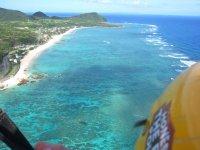 上空からは、水中を泳ぐウミガメや魚の影を一年中見ることができます!
