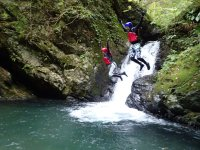 クライマックスには滝壺へジャンプ