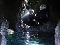 真っ暗な洞窟でライトを照らしながら、美しい洞窟の魅力を、自らの冒険心と共に満喫しましょう。