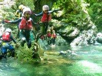 【明王谷コース】小1からご参加OK!じゃぶじゃぶと小滝を登りながら、大きな滝つぼでは泳いだり潜ったり…帰りは高さ約6mの堰堤からの飛び込みにもチャレンジします!
