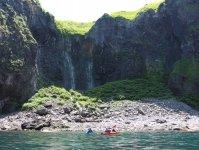 断崖が迫る知床ウトロの海岸