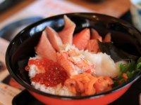 自分で剥いたウニに加えて、旬な食材をふんだんに使った海鮮丼定食を味わおう!盛り付けも自分で行えます!