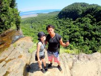 ジャングルから海まで…滝の上に広がる雄大な景色