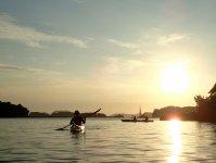 無人島とカヤックの上から眺める夕陽