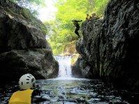 滝つぼへ飛び込み