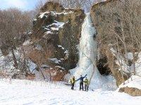 崖から流れ出す氷爆の迫力!