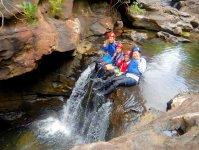滝つぼにジャンプ!全身に水しぶきを浴びて気分爽快!みんなではしゃいじゃおう!