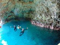 青く輝く幻想的な光景が広がる青の洞窟!