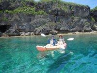 透明度の高い海で優雅にカヤッククルージング!