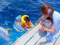 ツアーには2歳から参加OK!海に潜ることが苦手なお子様にはハンドル付き浮輪をレンタルします。