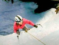 氷の壁を登る楽しさや緊張感、達成感はアイスクライミングならでは!