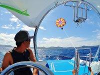 船長のボートコントロールで海にタッチ!