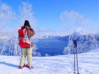冬ならではの絶景!白い雪原と青い摩周湖のコントラストが美しい!