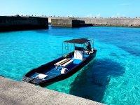 透明度抜群の海は、まるで船が浮いているように見えるくらい