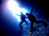 沖縄の人気スポット「青の洞窟」でダイビングを楽しもう!神秘的な青の光に包まれた洞窟へドキドキの探検に出発!