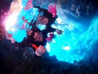 沖縄の人気スポット「青の洞窟」でシュノーケリングを楽しもう!神秘的な青の光に包まれた洞窟を体感しよう!