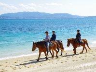 白砂が美しい伊江島のビーチでホーストレッキング