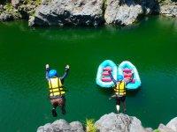 岩から川へ!大ジャンプ!