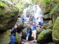 ジャングルの奥地にある滝!沢を歩き、岩を乗り越え、冒険感満載です