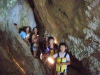 気分は探検隊!洞窟内を探索するとサンゴや鍾乳石が見られます