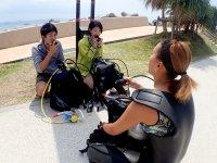 丁寧な講習とグループ完全貸切、それに足がつくビーチエントリーだから初心者も安心して楽しめる