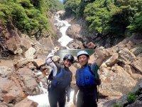 秘境の沢の奧に、スケール満点の滝を発見!