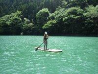 エメラルドグリーンの湖面
