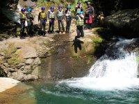 シャワークライミングの定番遊び。滝つぼへのダイビング!